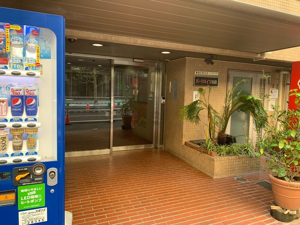 建物の入り口です。入口の横には福しん(中華屋さん)があります。