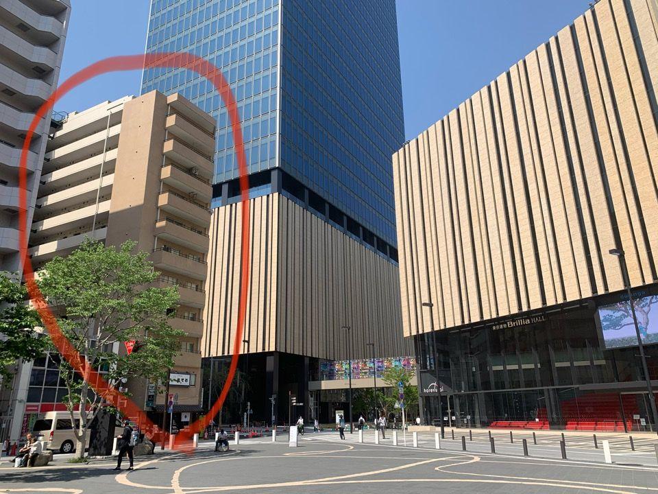 WACCAの裏に中池袋公園があり、ハレザ池袋(高層ビル)があります。ハレザ池袋の真ん前の建物(赤丸)405号が当店です。
