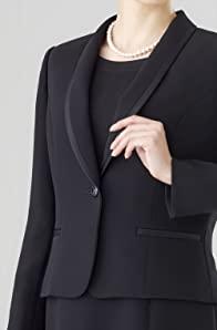 ジャケットは正統派フォーマルにぴったりなショールカラーのデザインで、袖口は折り返し可能なスリット入り仕様なので急なお手伝いにも対応できます。
