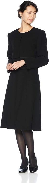 シンプルな中にもシフォンの袖や取り外し可能リボンなどのデザインポイントも加え、さりげない可愛らしさもあります。