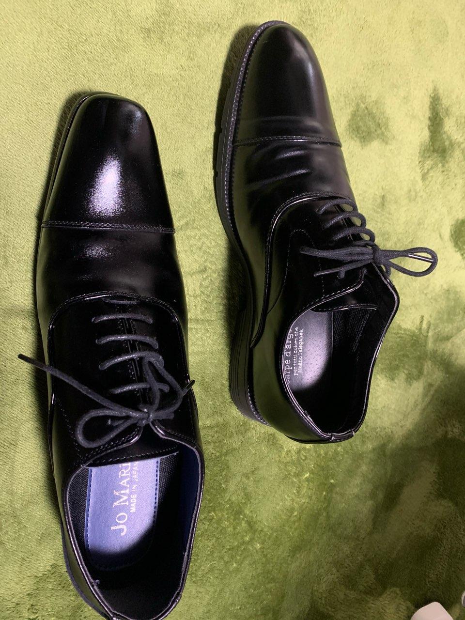 左が結婚式向き、右がご葬儀向きです。結婚式に右の先が丸いシューズを履くのはまったく構いませんが、ご葬儀に左の先の細いシューズを履くのは控えた方がよいでしょう。